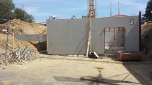Construction du local technique en prémurs grâce à la grue et étaiement avant le coulage