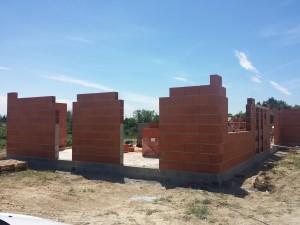 Construction des murs en brique
